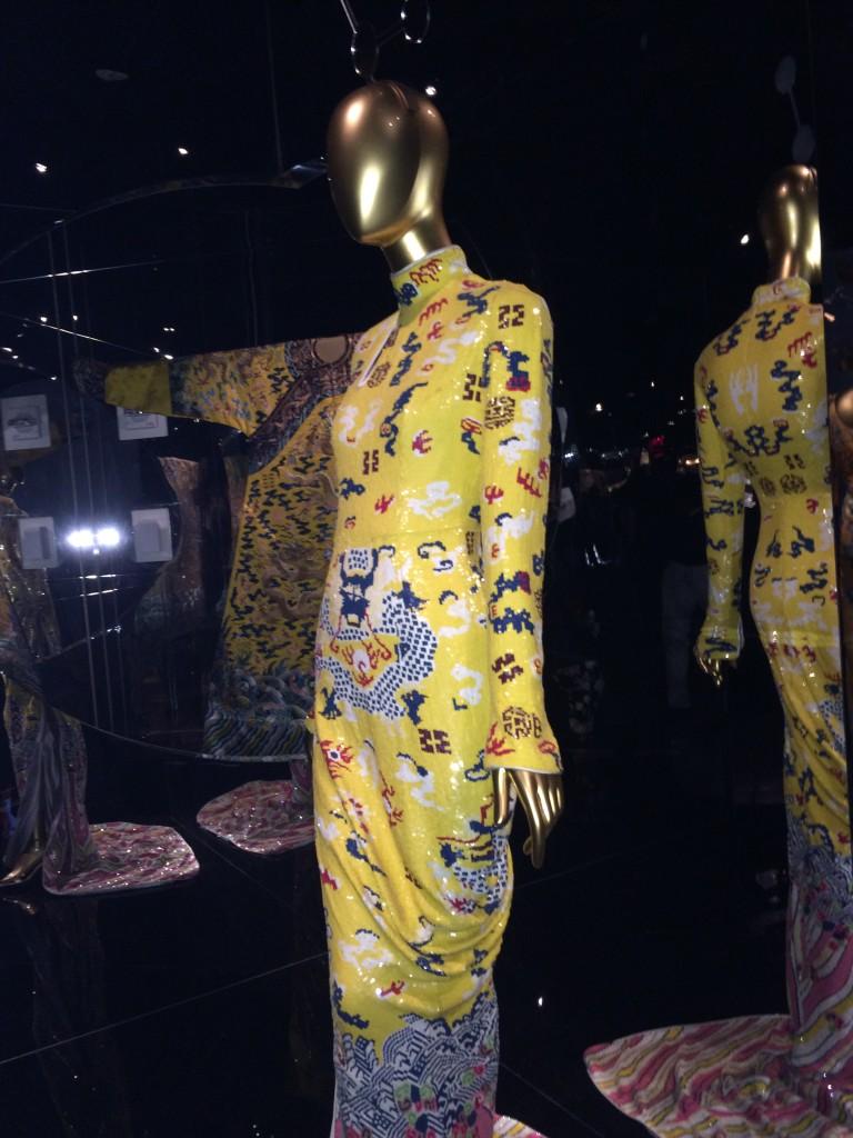 전시회에는 톰 포드가 2004년 이브생로랑 컬렉션을 위해 디자인한 드레스가 전시되어 있다.