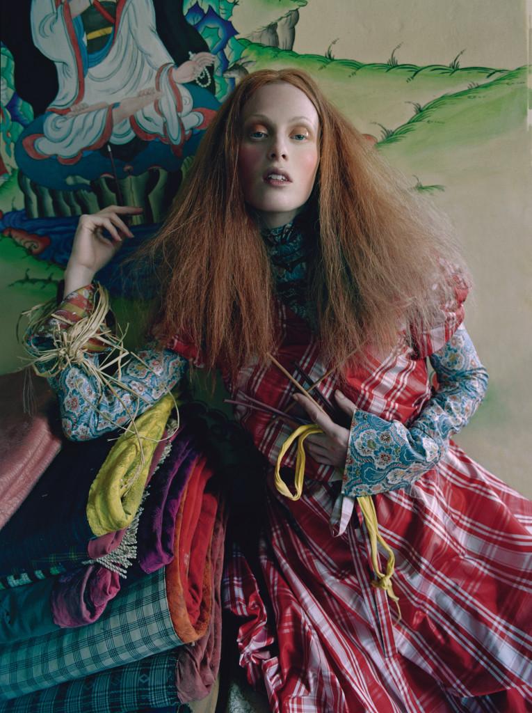 제단실의 화려한 벽화와 다양한 패턴의 만남. 체크무늬 드레스는 비비안 웨스트우드 골드 라벨(Vivienne Westwood Gold Label), 자카드 소재 꽃무늬 블라우스는 프라다(Prada).
