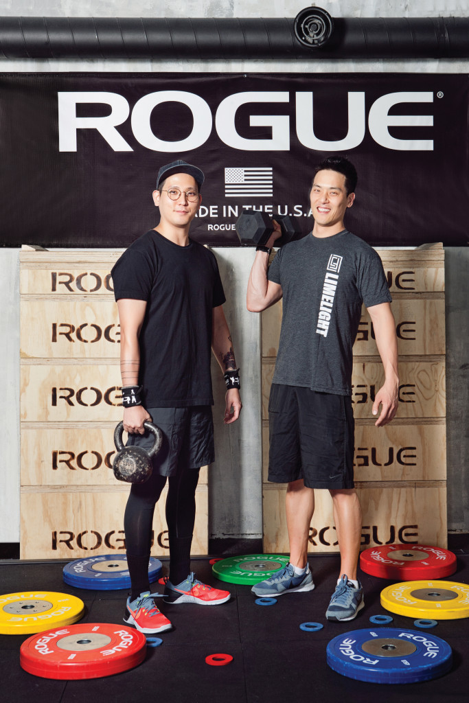 크로스핏을 즐기는 스타일리스트 전진오(왼쪽)와 그와 함께 트레이닝하는 이상원 코치(오른쪽). 장소 / 크로스핏 라임라잇