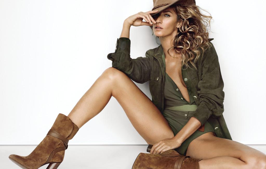 카키색 스웨이드 셔츠와 수영복은 샤넬(Chanel), 캔버스 벨트는 갭(Gap), 갈색 스웨이드 부츠는 구찌(Gucci), 모자는 저스트포레더(Just4leather).