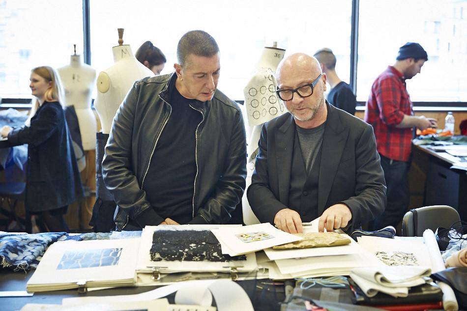 스테파노(왼편)와 도메니코(오른편)가 센트럴 세인트 마틴 석사과정 학생들의 작품을 보고 있다.