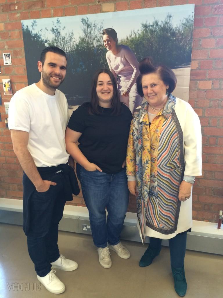 수지 멘키스가 젊은 패션 디자이너를 위한 LVMH상 수상자인 마르타 마르케스, 파울로 알메이다와 함께 마르타의 여동생 소피아의 사진 앞에서 포즈를 취하고 있다. ⓒ Suzy Menkes / Instagram