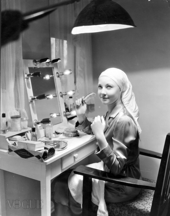 circa 1934:  Una Merkel, the Hollywood actress seated at her dressing table. She died in 1986.  (Photo by General Photographic Agency/Getty Images)
