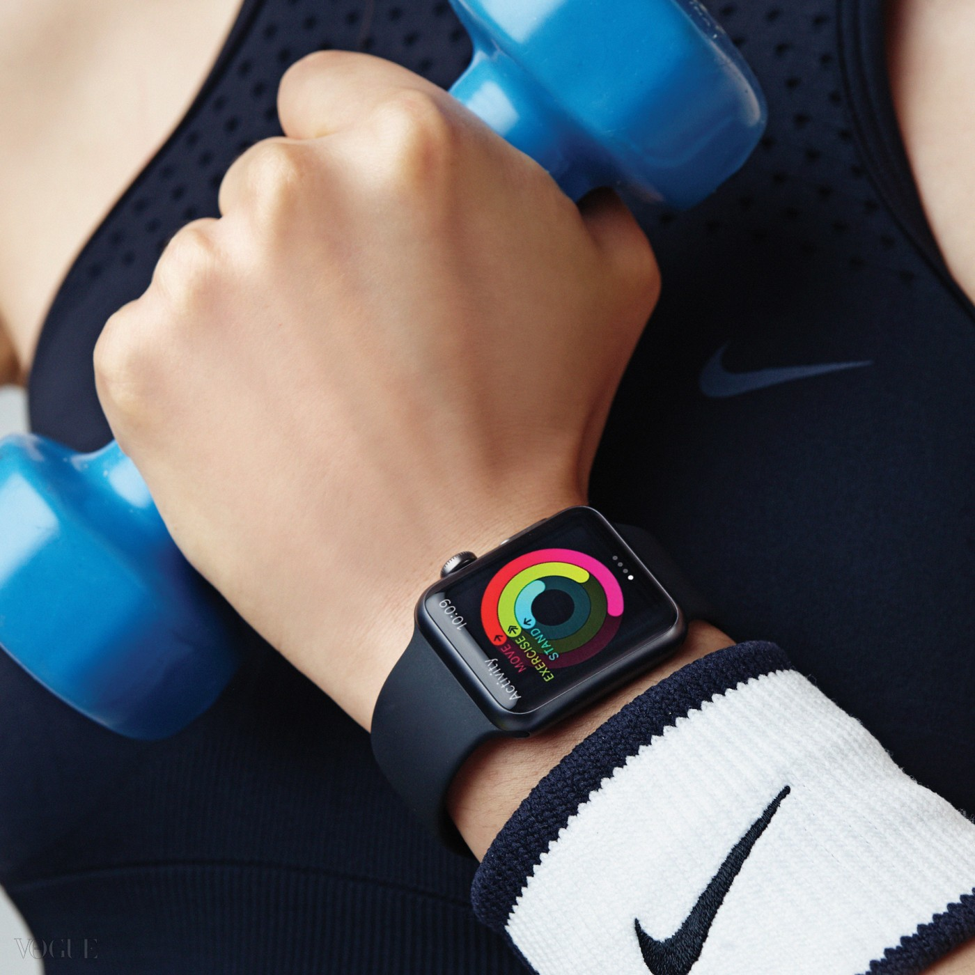 브라톱, 손목 보호대는 나이키(Nike), 레깅스는 아디다스(Adidas). 애플 워치는 스페이스 그레이 알루미늄 케이스의 블랙 스포츠 밴드.