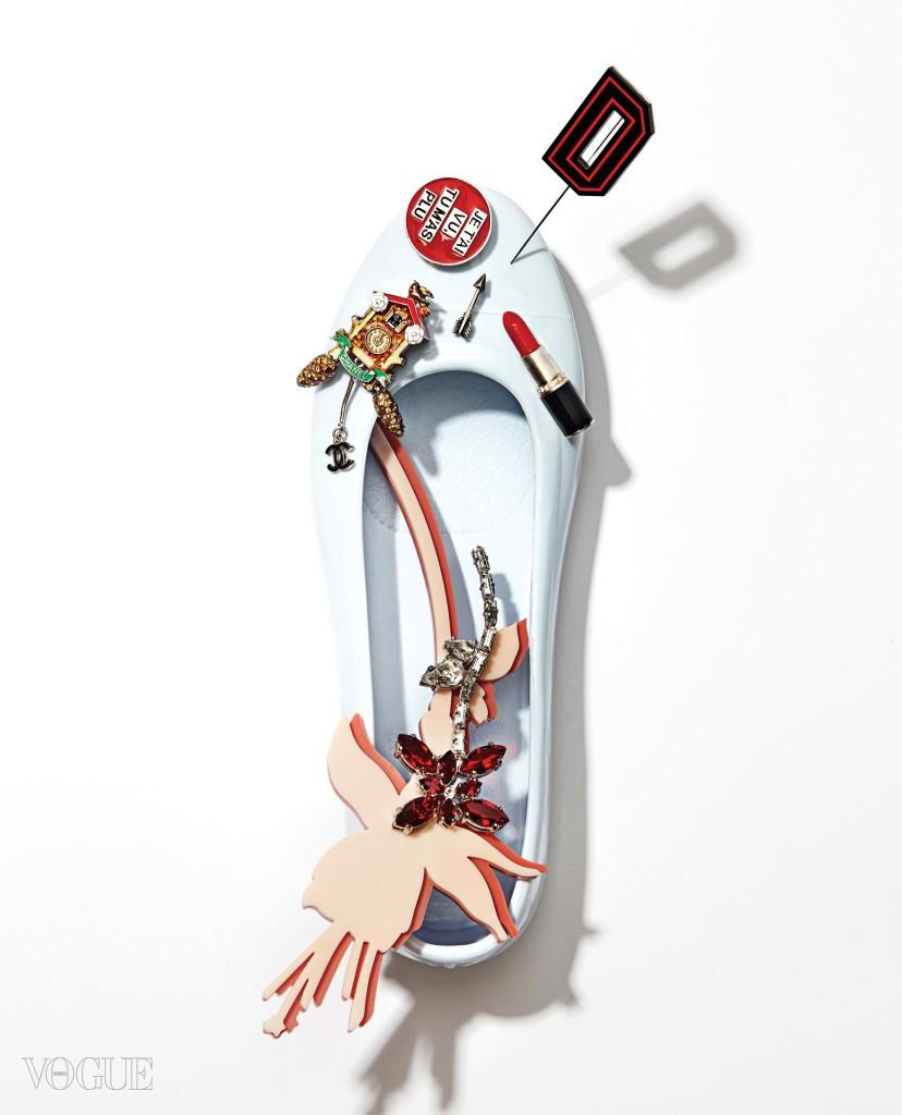 (왼쪽 위부터)뻐꾸기시계 모양의 앙증맞은 배지는 샤넬(Chanel). 문구를 새긴 원형 배지와 화살표, 립스틱 모양 배지는 모두 생로랑(Saint Laurent). 그래픽적인 디자인의 알파벳 D 브로치는 디올(Dior). 두 겹의 아크릴 꽃 위에 화려한 컬러 스톤 꽃을 더한 입체적인 브로치는 프라다(Prada).