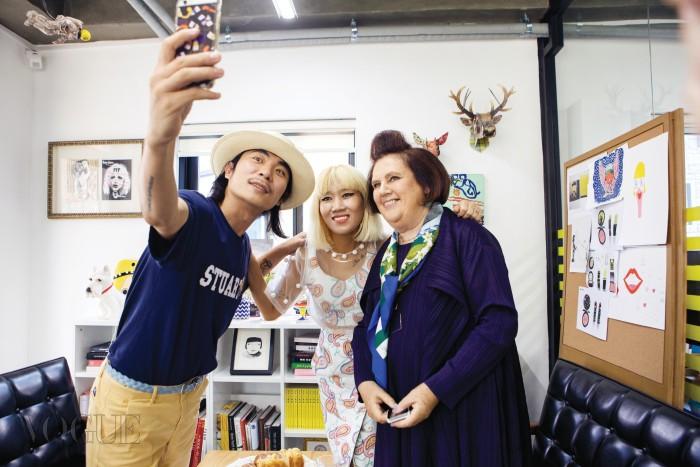 멘키스는 이들과 이야기를 나누며 서울 젊은 세대의 문화에 대해 많은 질문을 했다.