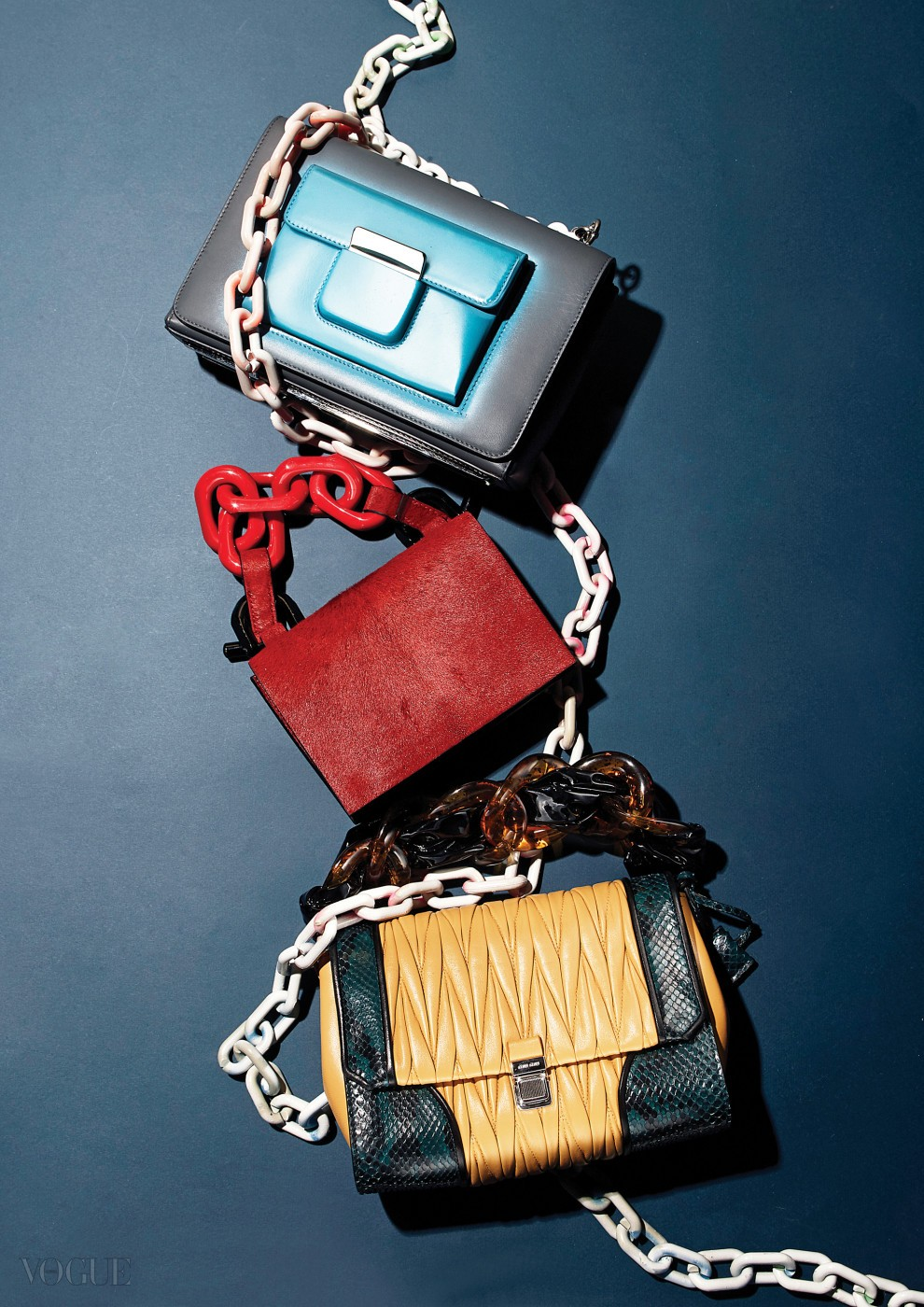 위부터 스프레이를 뿌린 듯한 핸드백은 발렌시아가(Balenciaga), 빨강 송치 미니백은 캘빈 클라인 컬렉션(Calvin Klein Collection), 파이톤 포인트의 노랑 핸드백은 미우미우(Miu Miu).