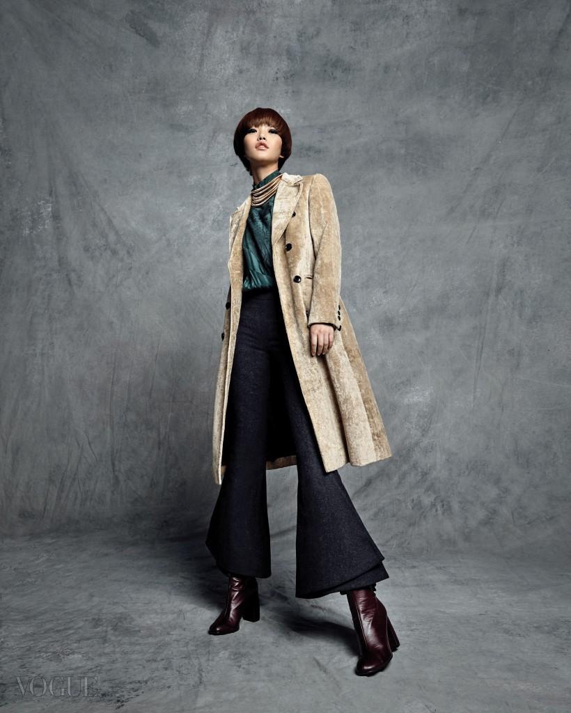 스웨이드 재질의 코트는 루이 비통(Louis Vuitton), 프릴 장식의 하이넥 실크 블라우스와 에스닉한 골드 메탈 목걸이는 에이치앤엠(H&M), 울 크롭트 플레어 팬츠는 매리 카트란주(Mary Katrantzou at Boon The Shop), 버건디 컬러 첼시 부츠는 스텔라 맥카트니(Stella McCartney).