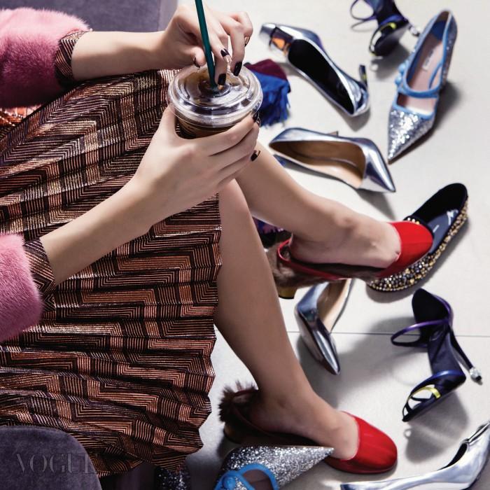 커피를 마시며 여유롭게 구두를 고를 수 있는 매장도 곧 생기지 않을까? 의상과 신발은 구찌.