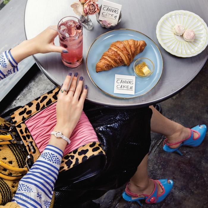 통창을 통해 자연광이 들어오는 센트럴포스트×아뜰리에&프로젝트 2층의 캔버스 케이크. 의상과 가방, 신발은 모두 미우미우, 오른손 시계는 폴리폴리, 반지는 사만타 윌스.