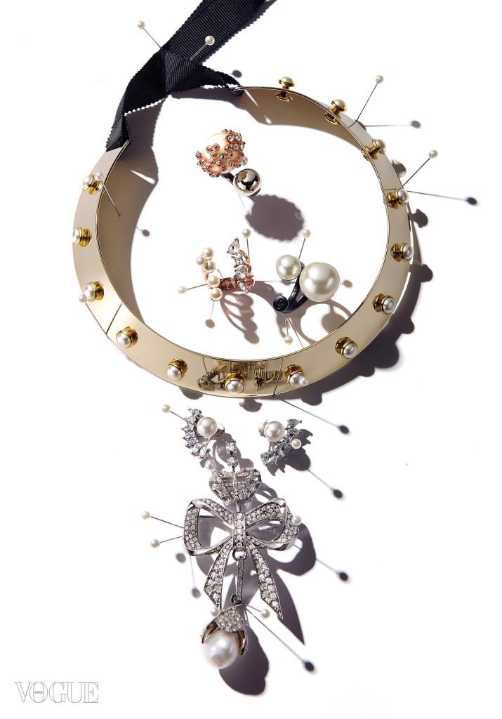 (위부터)세포를 연상케 하는 진주 반지와, 진주와 크리스털을 조합한 오픈 U링은 미네타니(Minetani), 검정 못을 응용한 진주 반지는 디올(Dior), 메탈릭한 금색 초커는 엠주(Mzuu), 눈썹 모양을 모티브로 한 귀고리는 수엘(Suel), 리본 모양에 천연 진주로 포인트를 준 브로치는 발렌시아가(Balenciaga).
