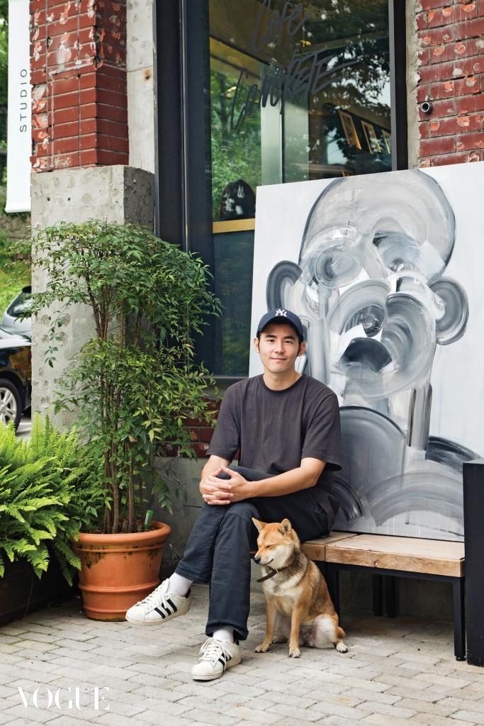 작품 'Semi Charmed Life'를 등진 채 강아지 탁구와 함께 자신이 일하는 스튜디오 콘크리트의 정원에 앉은 철화. 이 작품을 그릴 때의 우울한 감정, 당시 자주 듣던 서드 아이 블라인드의 노래 제목이 자연스럽게 그림의 제목이 됐다.