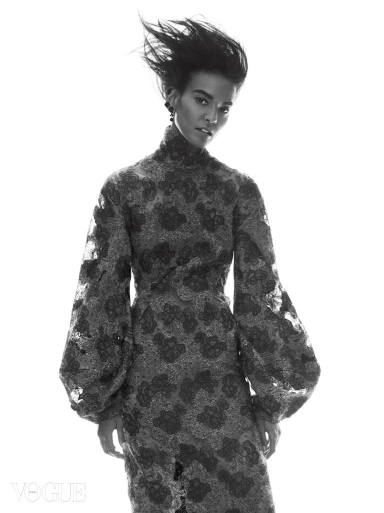 (b)BELLE OF THE BALL(/b)(br) 로맨틱한 빅토리안 스타일의 모든 것이 담긴 레이스 드레스를 입은 리야 케베데(Liya Kebede@IMG Models). 목을 감싸는 터틀넥과 종을 닮은 소매의 드레스는 도나 카란 뉴욕(Donna Karan New York).