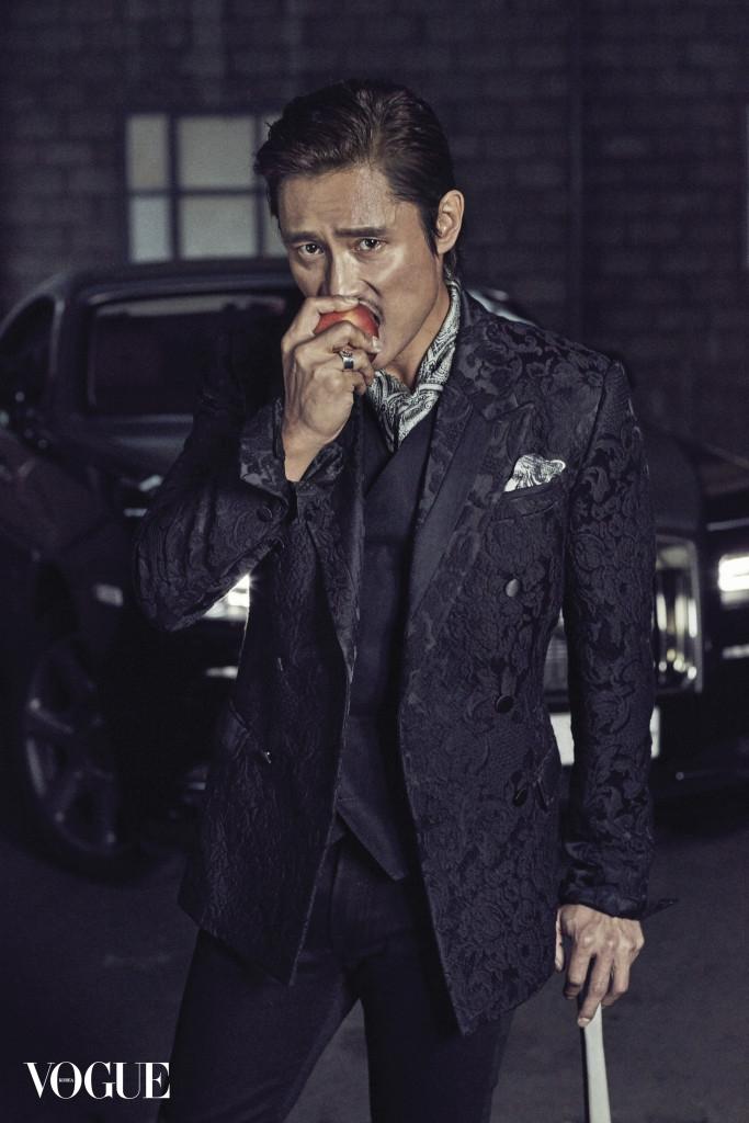 자카드 디테일 재킷과 블랙 베스트, 블랙 데님 팬츠는 모두 돌체앤가바나(Dolce&Gabbana), 반지는 구찌 타임피스 앤 주얼리(Gucci Timepieces & Jewelry). 스카프와 행커치프는 스타일리스트 소장품, 자동차는 롤스로이스 레이스(Rolls-Royce Wraith)