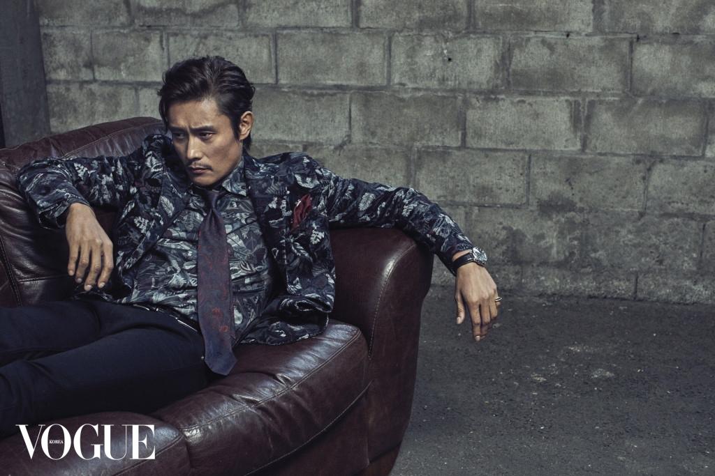 꽃무늬 셔츠와 벨벳 재킷은 살바토레 페라가모(Salvatore Ferragamo), 페이즐리 타이는 에트로(Etro), 블랙 데님 팬츠는 생로랑(Saint Laurent), 시계와 실버 반지는 까르띠에(Cartier).