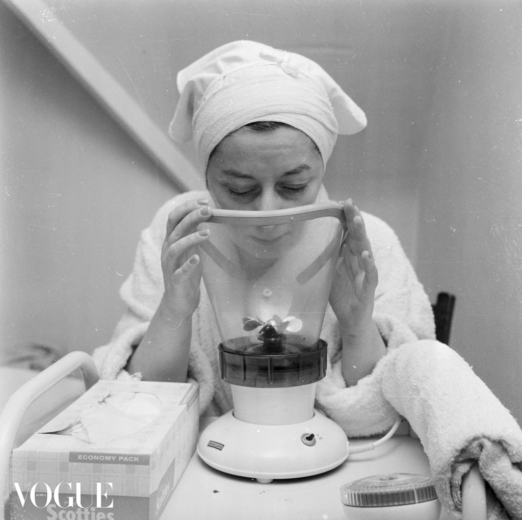 3rd March 1960:  In dressing gown and with a towel around her head, a client uses a facial spa at Britain's only beauty farm at Knebworth in Hertfordshire.  (Photo by Ray Moreton/Keystone Features/Getty Images)