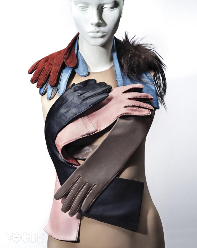 (위부터)풍성한 염소털로 끝부분을 장식한 브라운 컬러 스웨이드 장갑은 펜디(Fendi). 파스텔 블루와 회색, 투톤 컬러 조합의 긴 가죽 장갑은 프라다(Prada). 양팔을 타이트하게 감싸는 검정 긴 장갑은 랑방(Lanvin). 파스텔 핑크와 오렌지 컬러 조합의 장갑은 프라다. 실크처럼 얇은 초콜릿 컬러 양가죽 장갑은 세르모네타(Sermoneta at Boon The Shop), 보디수트는 메종 마르지엘라(Maison Margiela).
