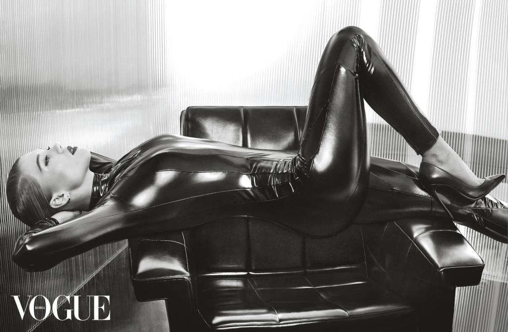 블랙 PVC 캣수트는 팸 호그(Pam Hogg), 가죽 슈즈는 크리스찬 루부탱(Christian Louboutin).