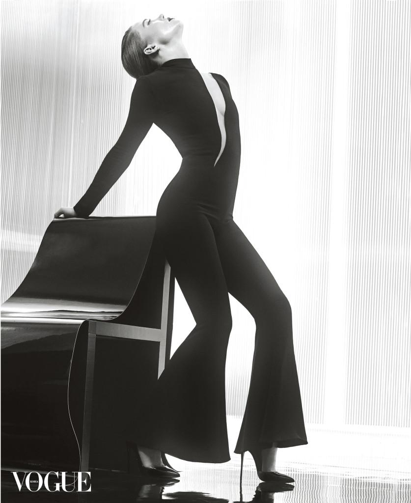 실크 소재 블랙 점프수트는 베르사체(Versace), 블랙 페이턴트 가죽 스틸레토 힐은 크리스찬 루부탱(Christian Louboutin).