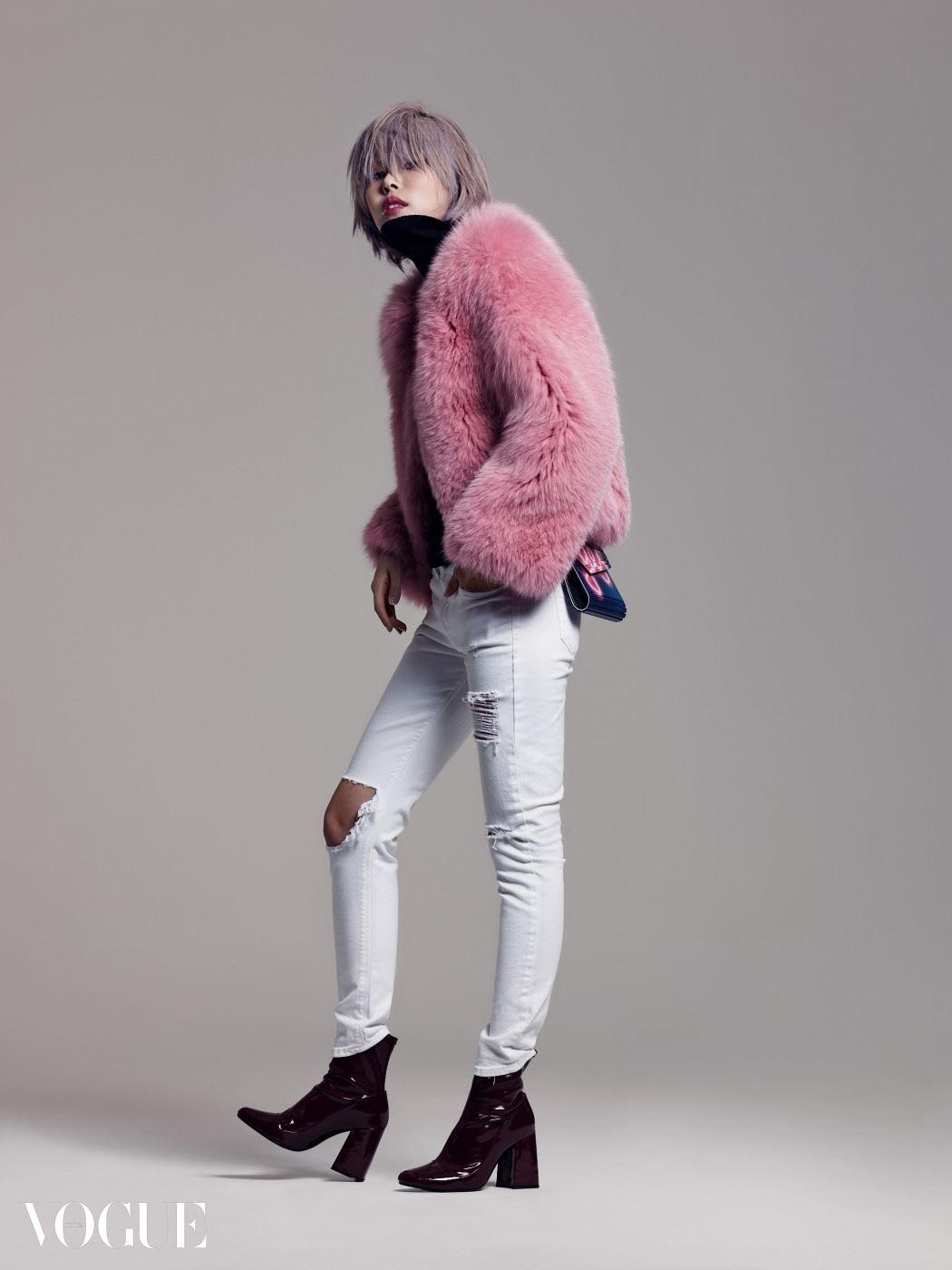 핑크 퍼 재킷은 잘루즈 퍼, 블랙 터틀넥 풀오버는 유니클로, 화이트 디스트로이드 데님 팬츠는 씨위, 버건디 컬러 앵클부츠는 자라, 레터링 장식의 미니 백은 지미 추 제품.