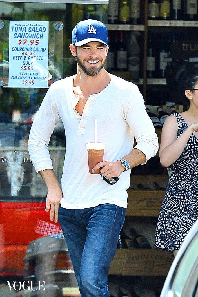 EXCLUSIVE: Chris Pine all smiles while out in Hollywood on a nice sunny day