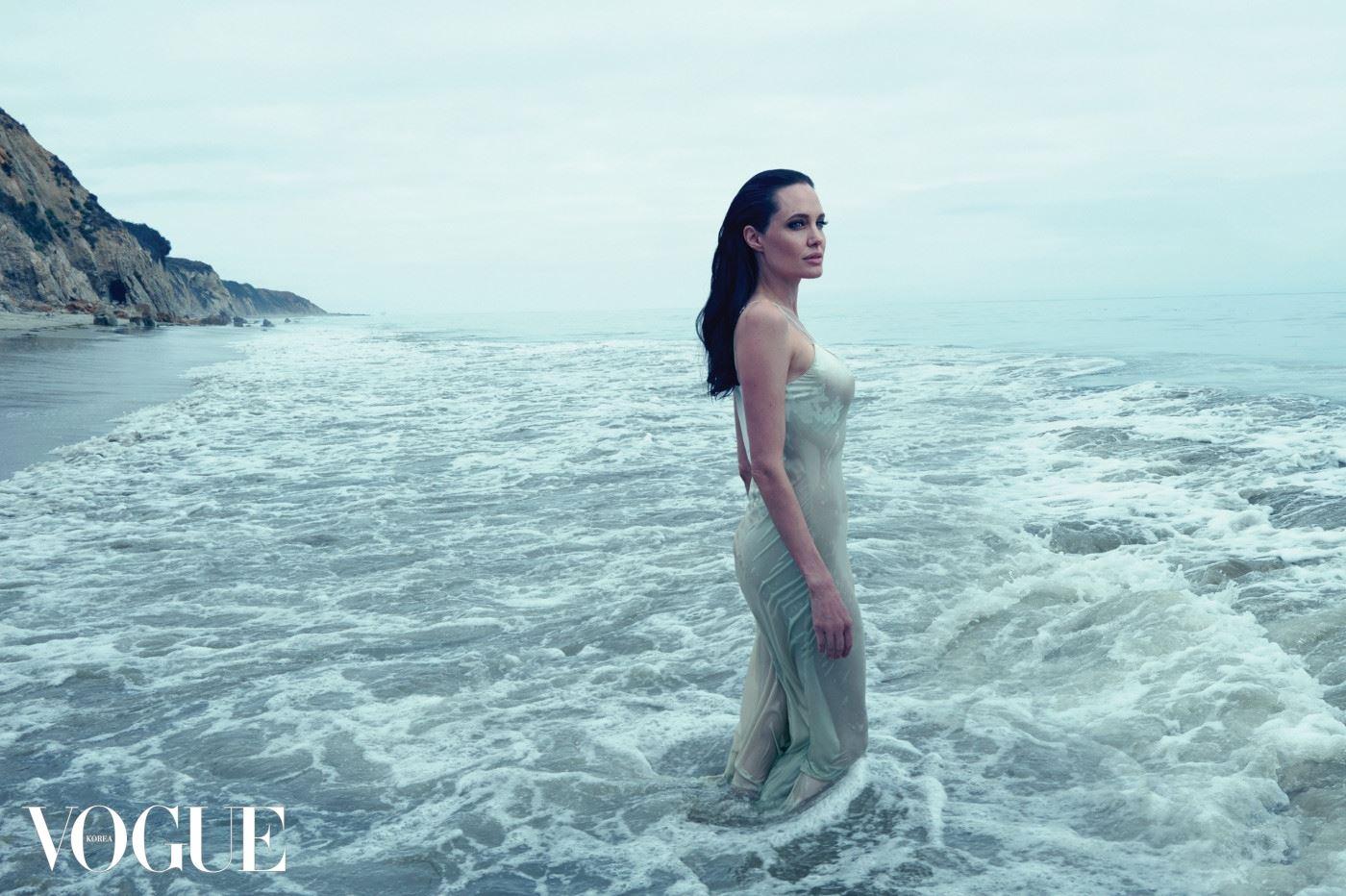 THE BIRTH OF VENUS   안젤리나 졸리를 배우라는 하나의 역할에만 국한할 순 없다. 이 아름다운 배우는 현재 촬영 중인 영화의 주인공이자 시나리오 작가, 감독, 프로듀서이기도 하다. 드레스는 캘빈 클라인 컬렉션(Calvin Klein Collection).