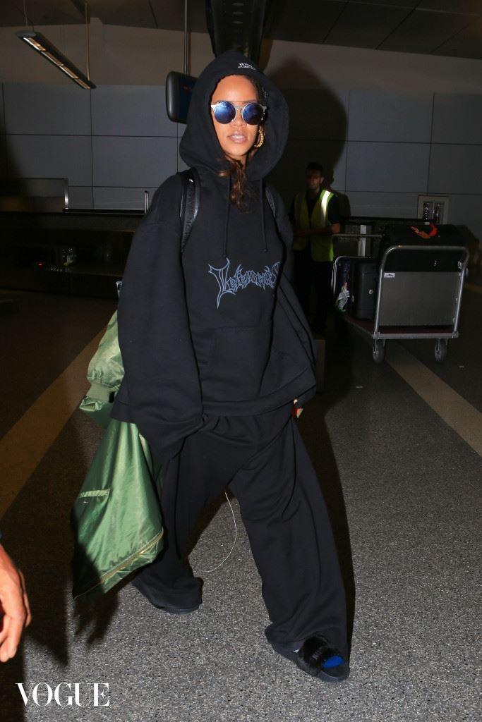 Rihana seen at LAX airport tonight arriving back from Paris