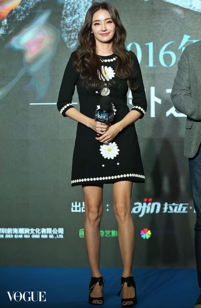 """Han Chae-young teams up with co-stars to promote movie """"Guest"""" in Beijing"""