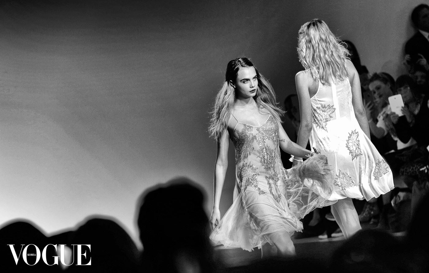 LONDON, ENGLAND - SEPTEMBER 14:  (EDITORS NOTE: THIS BLACK AND WHITE IMAGE WAS CREATED FROM ORIGINAL COLOUR FILE) Cara Delevigne walks the runway at the TopShop Unique show during London Fashion Week Spring Summer 2015 on September 14, 2014 in London, England.  (Photo by Tim P. Whitby/Getty Images)