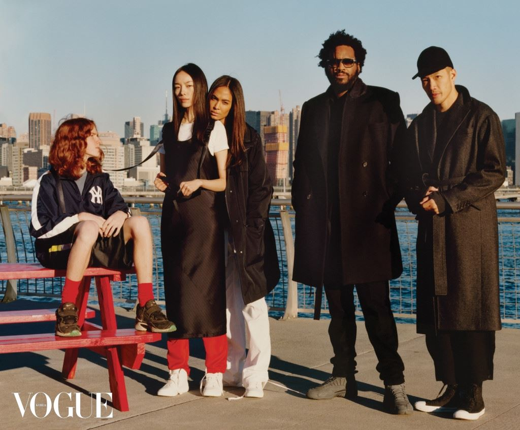 뉴욕 스카이라인과 허드슨 강변을 배경으로 포즈를 취했다. DKNY 크리에이티브 디렉터이자 퍼블릭스쿨을 운영하는 맥스웰 오스본과 다오이 초. 소년이 바라보고 있는 페이페이 선과 조안 스몰스의 의상 모두 DKNY.