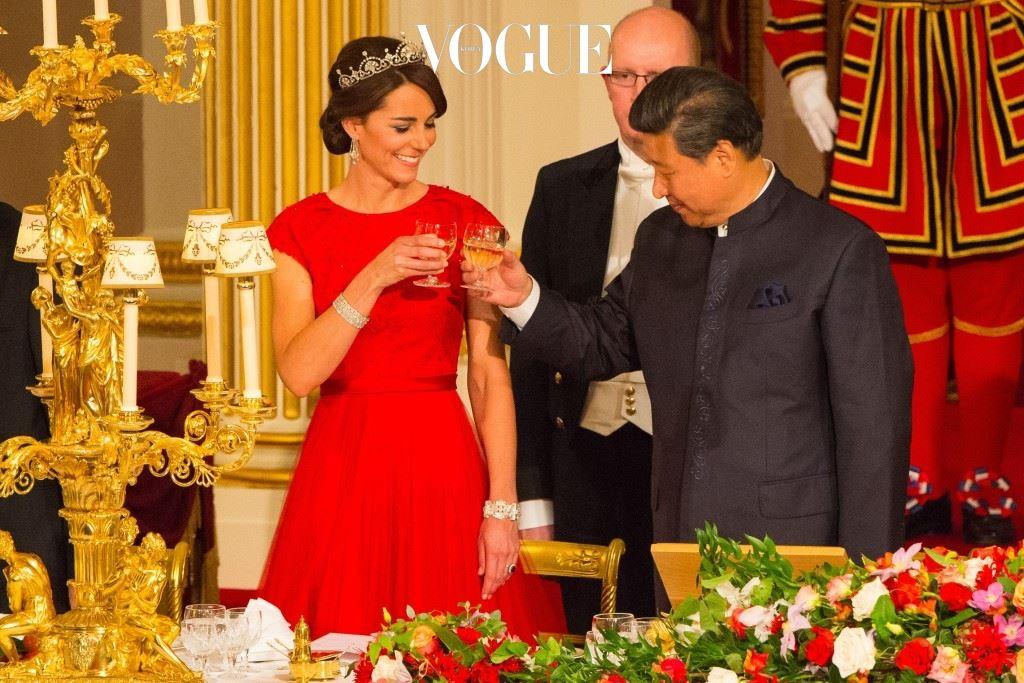 중국의 시진핑 주석 같은 거물급 외빈들이 올 때면 영국 왕실을 대표해 인사를 나누는 품위 있는 일상의 모습도 있죠.