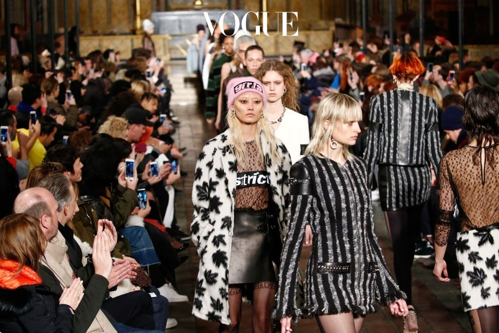 따끈따끈한 런웨이 패션만큼이나 흥미로운 이야기가 궁금하시다고요? 그 중심에 있는 '컬렉션을 찾은 스타'들의 모습을 공개합니다.