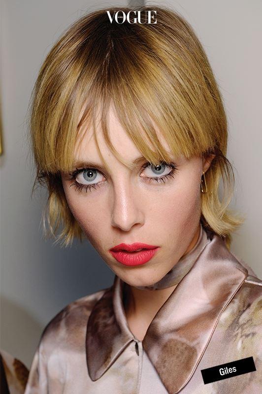 얼굴이 하얘 보이는 브라이트닝 효과는 물론이고 우아하고 섹시한 이미지는 보너스. 비가 추적추적 내리던 런던 패션 위크 마지막 날, 자일스 쇼장에서 마주친 에디 캠벨은 빨간 입술 덕분에 농염한 숙녀로 변신했다.