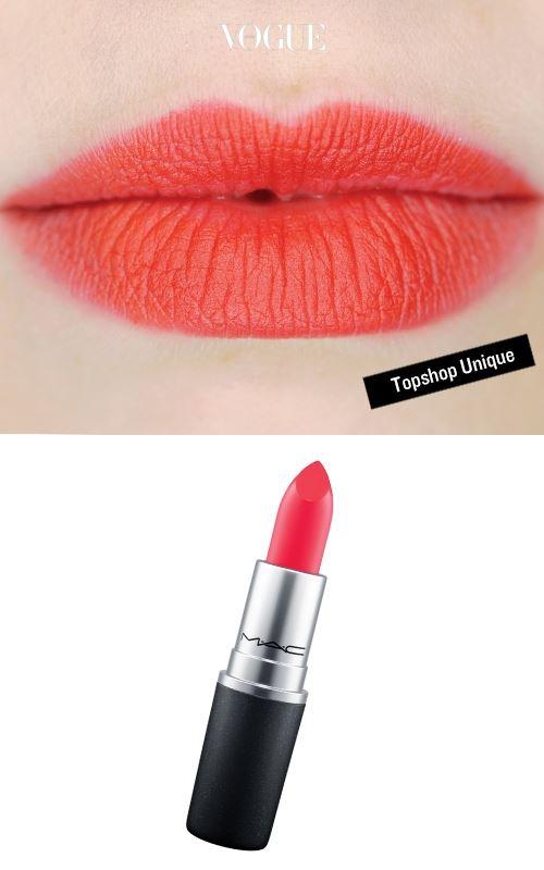 촉촉하게 윤기를 머금은 립스틱은 입술 가운데부터 자연스럽게 번지듯 그리면 같은 빨강이라도 색다른 분위기를 연출할 수 있다. (말간 체리빛 입술을 완성할 '플라밍고 파크 컬렉션 립스틱 플라킹 패뷸러스')