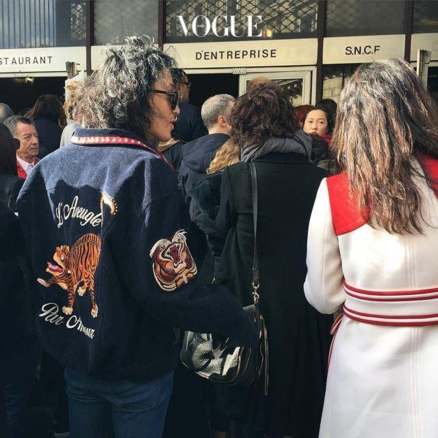 드리스 반 노튼 쇼장 앞에서 대기중인 팀! 신광호 편집장의 호랑이 재킷이 스트리트 사진가들의 '먹잇감'이 되었네요.