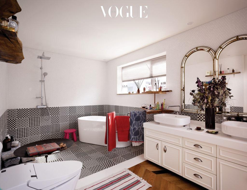 넓은 욕실은 조선희의 유일한 휴식 공간이다.