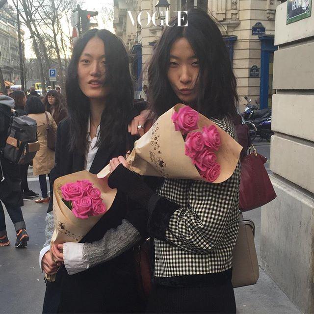 이번엔 지혜와 혜승을 마주쳤습니다! 에르메스 쇼를 끝내고 꽃을 선물 받았군요. 의 눈엔 저 분홍 꽃보다 더 예쁘기만 한 그녀들입니다.