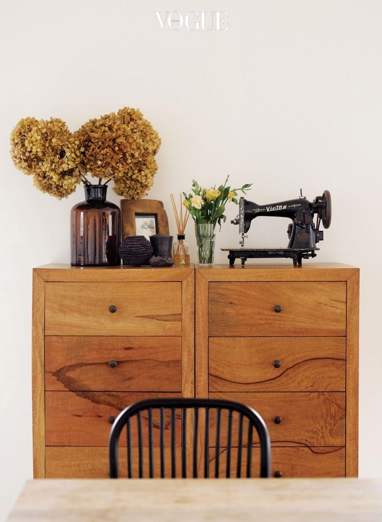 나무 수납장 위의 재봉틀은 어머니의 유품이다. 1층의 케이크 숍 '마마롱' 역시 군더더기 없이 깔끔하게 꾸몄다.