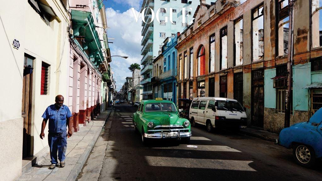 쿠바에는 번쩍번쩍 윤을 낸 빨갛고 노랗고 파란 올드 카 택시가 많이 돌아다닌다. 중심가 도로를 온통 원색으로 물들이고, 관광지 앞에 진을 치고 있다. 쿠바에서는 미끈하게 빠 진 잘생긴 말이 끄는 마차보다 이런 멋쟁이 올드 카들이 여행자들에게 더 인기다. 채도가 높은 원색 계열의 페인트 도장을 멋지고 하고, 구석구석 왁스칠까지 하면 쿠바의 햇볕에 최적화된 때깔이 나온다. 자연의 햇볕과 인간의 화공 약품이 만나 최상의 콜라보 레이션을, 쿠바의 명물을 선보인다. 눈이 부시다는 표현만으로는 부족하다. 말로는 도무 지 표현이 어려우니까, 여행자들이 카메라를 들고 나서는 것이다.