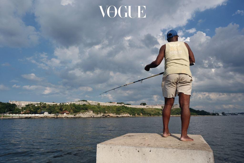 쿠바의 바다가 드러내는 다양한 색깔은 사람이 붙인 빈약한 색깔 이름으로는 표현할 길 이 없다. 말레콘의 바다 앞에서 어휘력의 부족을 깨닫는 데는 시간이 오래 걸리지 않는 다. 따라서 쿠바에 온 여행자들은, 말 그대로 집채만 한 파도가 말레콘으로 몰려오는 나 쁜 날씨에도 카메라를 들고 밖으로 나온다. 카메라를 들고 도로 건너편에 하염없이 버티고 앉아, 거대한 파도가 인간이 만든 콘크리 트 방파제를 때리는 모습을 몇 시간이고 사진에 담는다. 말레콘 파도는 방파제를 때려 부 셔버릴 만큼 힘이 세다. 그 힘은 방파제뿐만 아니라, 그것을 보는 여행자의 마음까지도 부셔버린다.