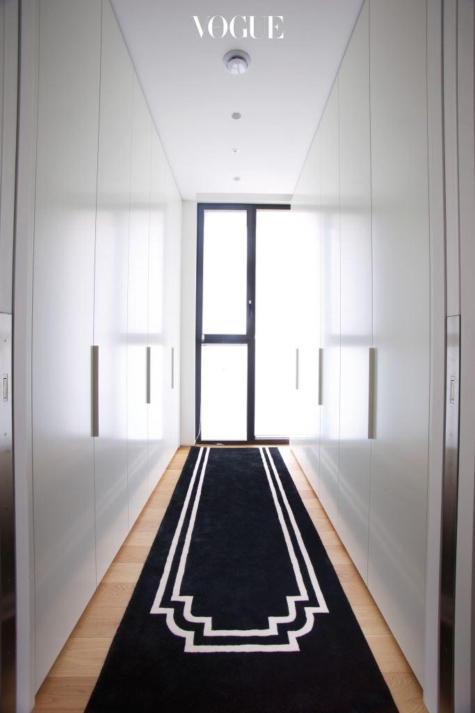 조성아의 '시스템'을 가장 잘 보여주는 드레스룸. 옷장이 열리는 순간 배트맨을 연상시키는 블랙의 향연이 시작된다.