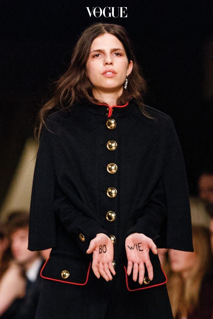 그런 그가 세상을 떠나자 패션계는 애도를 표했다. 버버리는 2016 F/W 남성복 쇼에서 모델의 눈가에 지기 스타더스트의 글리터를 칠했는데, 그중 하이라이트는 양 손바닥에 'BO-WIE'를 써 보이며 걷던 모델이었다.