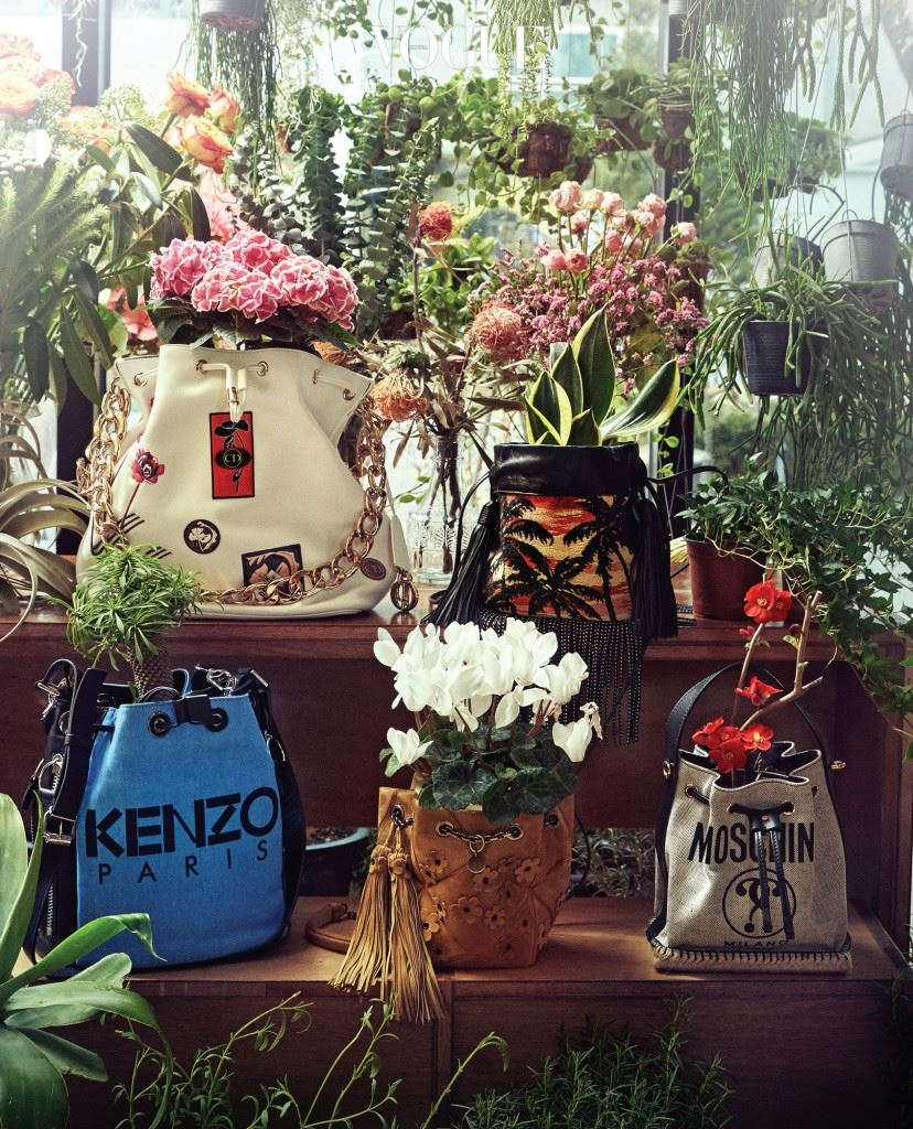 봄! 온갖 꽃과 잘 어울리는 가방이 여러분 앞에 놓여 있다. '양동이(Bucket)'라는 이름에 걸맞게, 뭐든 폭 하고 담을 수 있는 버킷 백.  (왼쪽 위부터 시계 방향)분홍색 수국이 담긴 흰색 버킷 백은 디올, 프린지가 달린 미니 버킷 백은 생로랑, 붉은색 꽃나무를 담은 버킷 백은 모스키노, 스웨이드 소재 버킷 백은 로저 비비에, 견고한 데님 소재의 가방은 겐조.