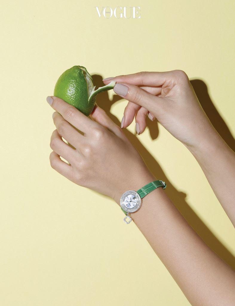 상큼한 그린 컬러의 얇은 악어가죽 스트랩 시계는 반클리프 아펠(Van Cleef & Arpels)