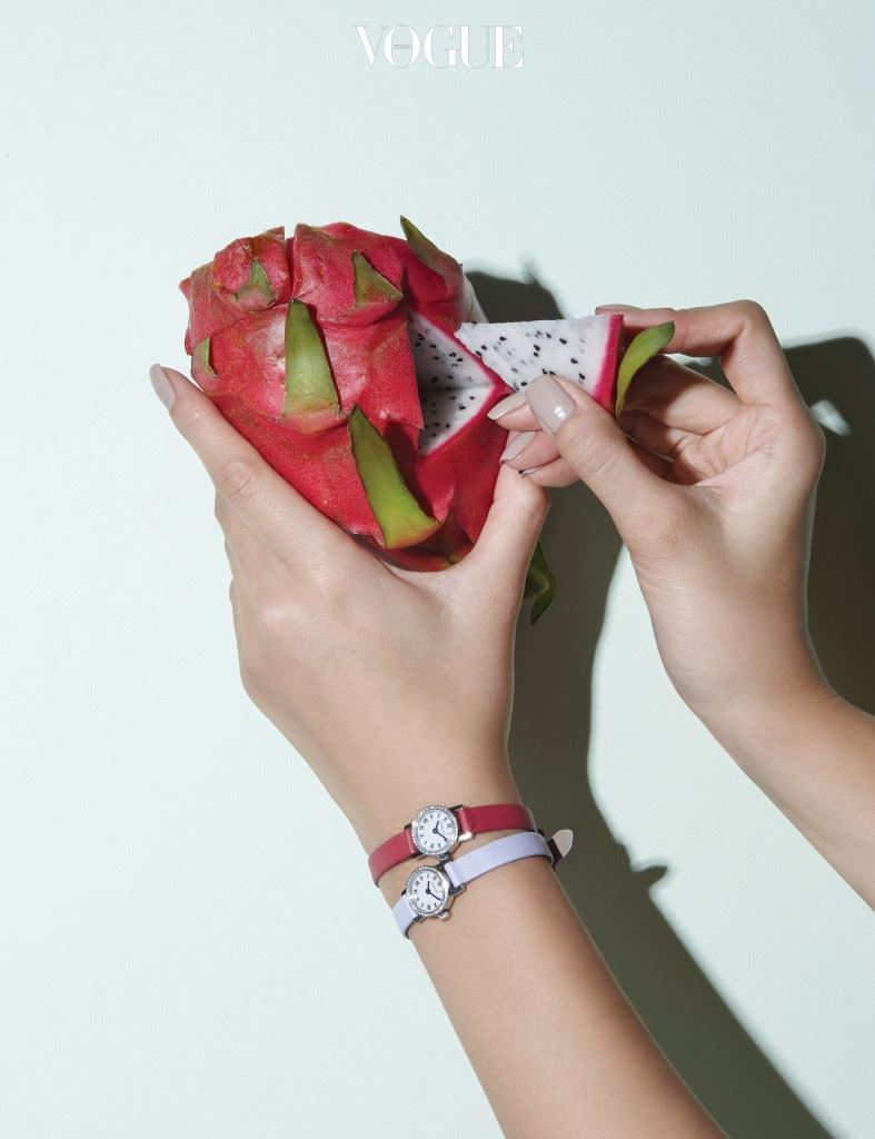 달콤한 핑크 계열의 얇은 스트랩이 여성스러운 느낌을 주는 시계는 론진(Longines).