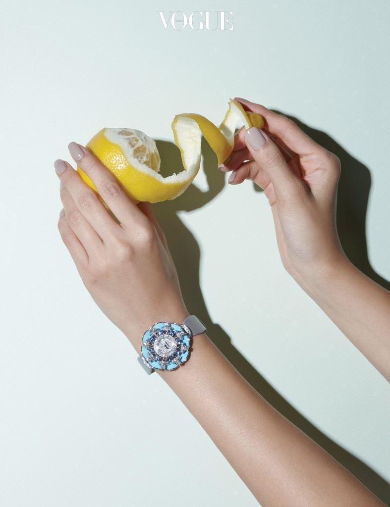 다양한 보석을 꽃잎처럼 장식한 블루 컬러 시계는 불가리(Bulgari)