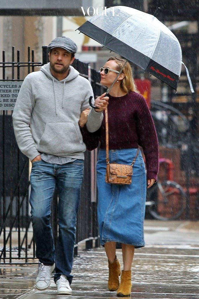 우산 씌워주기 조슈아 잭슨(Joshua Jackson)/다이앤 크루거(Diane Kruger) 우산이 없어 하나로 같이 쓰게 됐는데, 나한테만 막 씌워준다? 자기는 홀딱 맞는데도? 주의: 우산 사오라는 말 나올까 봐 미리 선수치는 거일 수 있음.