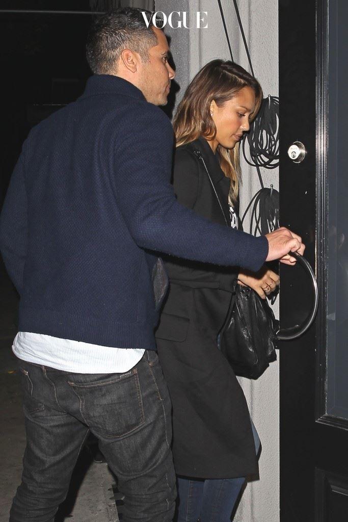 문 열어주기 캐시 워렌(Cash Warren)/제시카 알바(Jessica Alba) 앞에 있을 경우 문을 잡아주는 건 단순 매너라고 칠 수 있겠는데, 글쎄 뒤에서조차 내 앞에 있는 문을 먼저 열어준다? 주의: 성격이 (겁나) 급한 사람일 수 있음.