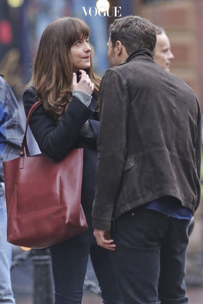 얼굴 빤히 보기 제이미 도넌(Jamie Dornan)/다코타 존슨(Dakota Johnson) 얼굴에 뭐 묻은 거 아니냐며 한 뼘도 안 되는 거리에서 얼굴을 빤히 쳐다본다? 주의: 점인지 김인지 관찰 중일 수 있음.