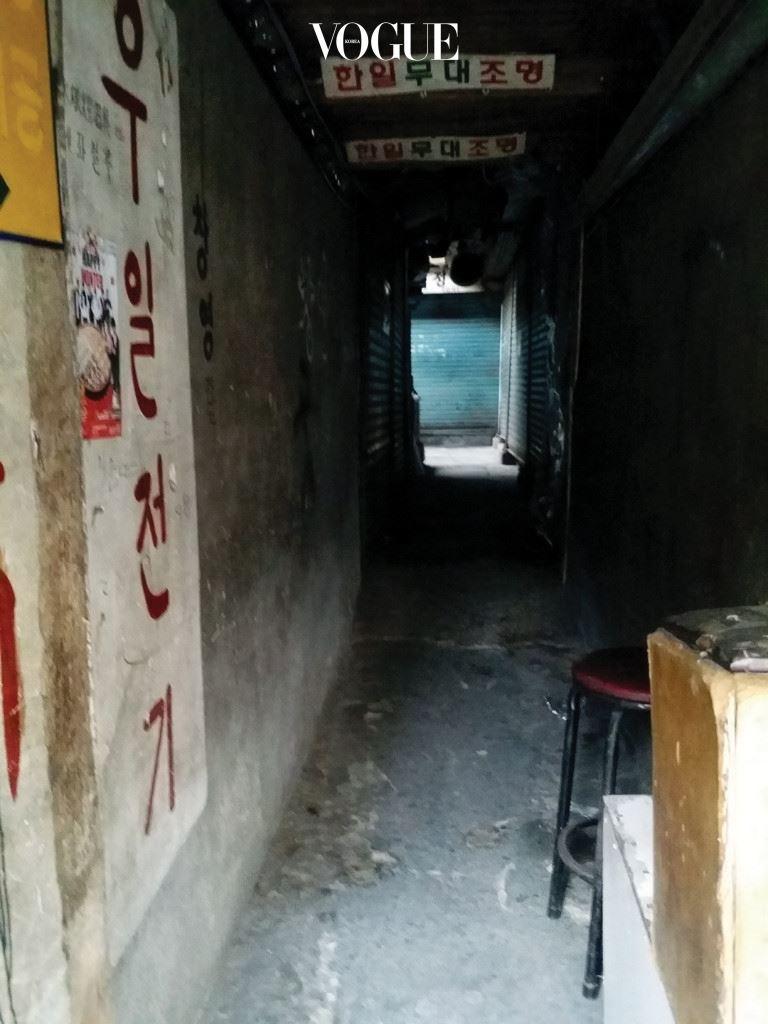 24시간 레지던시 서울시 중구 을지로 157 대림상가. 2016년 2월 14일 오전 9시~오후 2시. 한때는 중심에 있었지만 서서히 밀려나 잊힌 스타처럼 세운상가와 대림상가는 한때의 번영과 활기가 무거운 일상 속에 갇혀 있다. 그 피로감을 잠시 내려놓은 일요일. 기계음 사이로 생명체의 소리가 선명해진다.